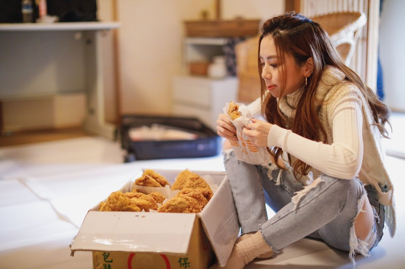 鄧紫棋趁著MV拍攝空檔,吃了比臉還大的炸雞排
