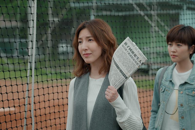 《鏡子森林》楊謹華飾演具正義感追尋真相的記者「高明」, 右為其屬下瑭霏。/公共電視提供
