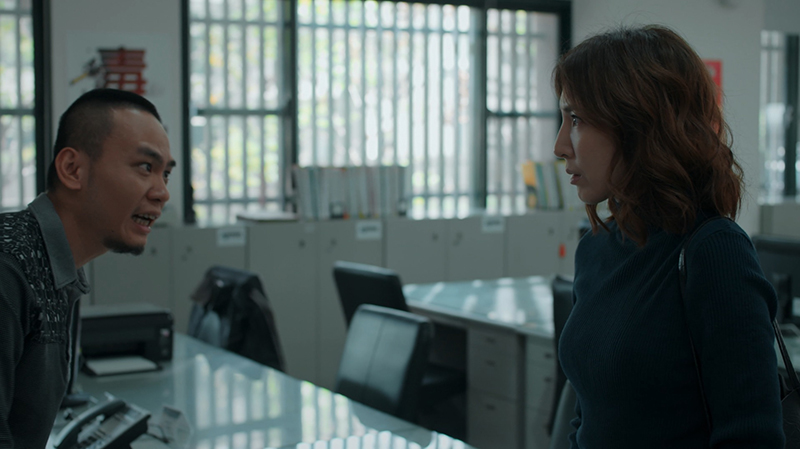 《鏡子森林》楊謹華闖警局追尋同事槍案真相,反遭飾演刑警的楊大正咆哮怒回。/公共電視提供