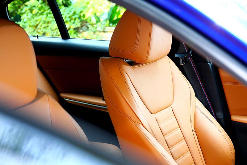 座椅採用棕色Vernasca真皮包覆,讓座艙質感更顯高級。