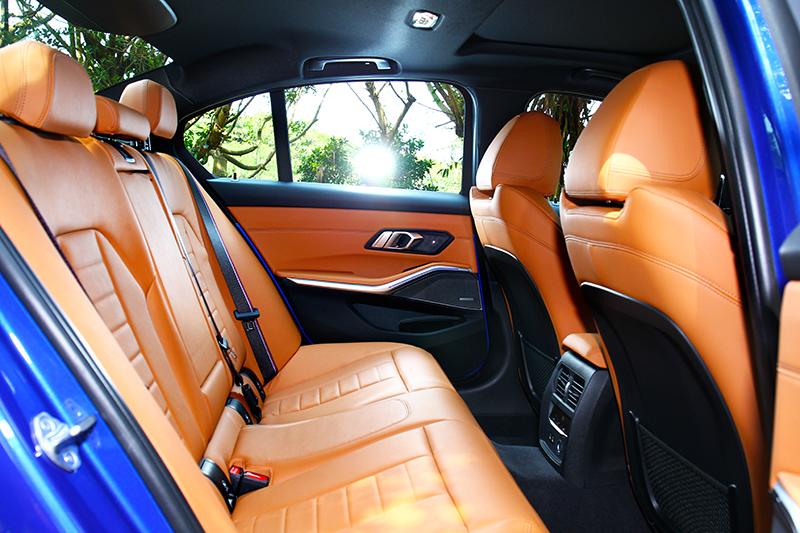 新世代3系列尺碼有所放大,2,851mm軸距讓後坐有著頗為寬敞舒適的環境。