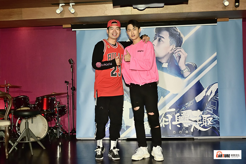 「在不瘋狂就等死」成員毛祁生(巴巴烙)推出全新EP〈沒有興趣〉,Youtuber好友Gino勁宥(左)也驚喜現身。