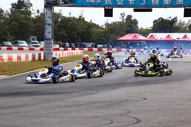 預決賽起跑後,詹毅軒〈61號車〉與黃文良〈64號車〉順勢超越簡凱徵〈25號車〉,取得一、二位進入一號彎。