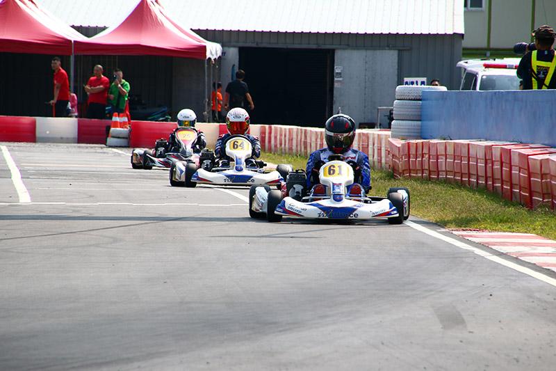 詹毅軒〈61號車〉與黃文良〈64號車〉在賽事前段努力抵抗簡凱徵的追擊。