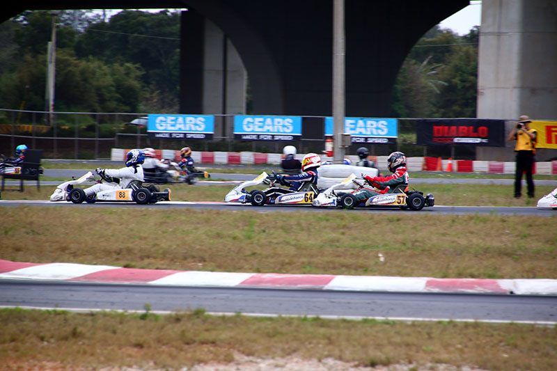 前一回合因車身掉件只能從最後起跑的黃文良〈64號車〉,最終追至第七名完賽。