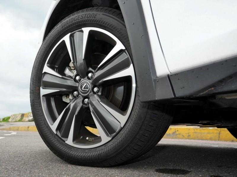 新款銑黑18吋鋁圈造型又更為動感帥氣,搭配失壓續跑胎讓行車安全多一分保障