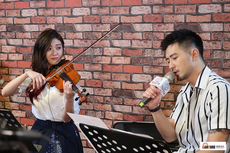 林逸欣(左起)、言明澔兩人浪漫合唱。