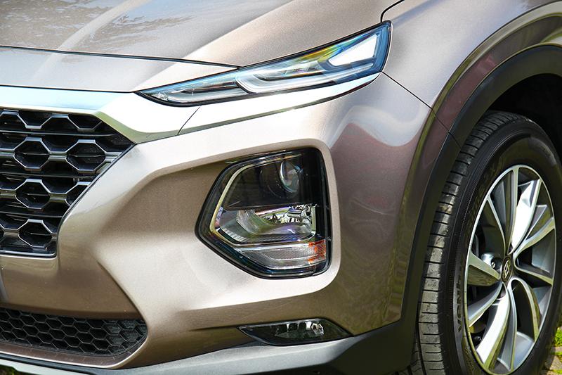 頭燈採分離式設計,讓整體造型更具設計感。