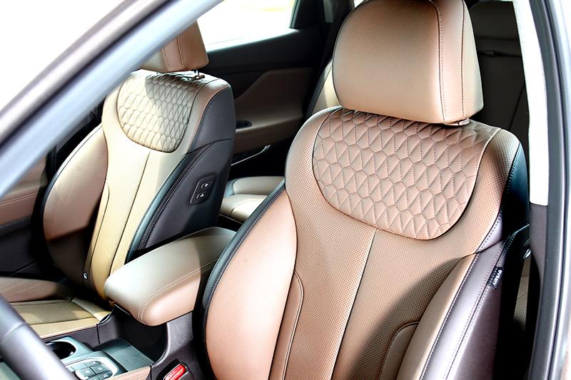 大量採用棕色皮革包覆及菱格紋椅面,扮演提升質感氛圍的重要推手。