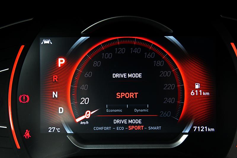 7吋數位儀表提供傳統與科技介面,顏色也會依不同駕駛模式更改。