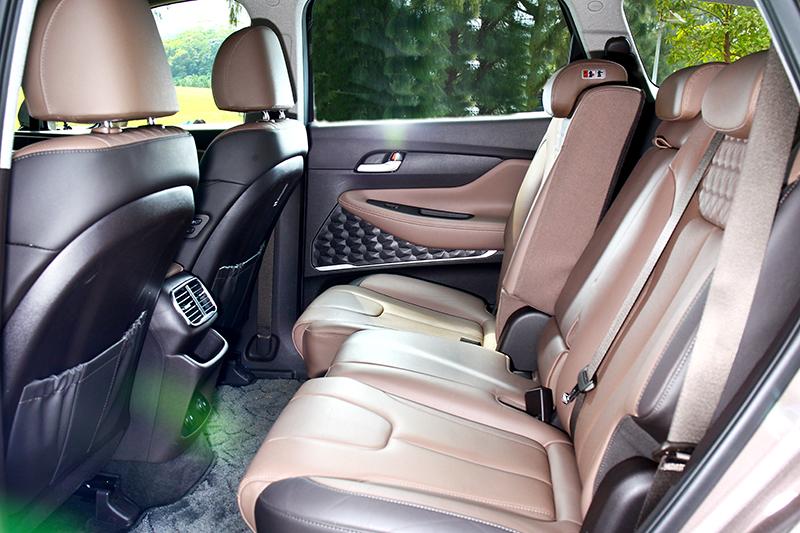2,765mm軸距與座椅可前後移動與椅背調整,第二排有著相當寬敞舒適的乘坐環境。