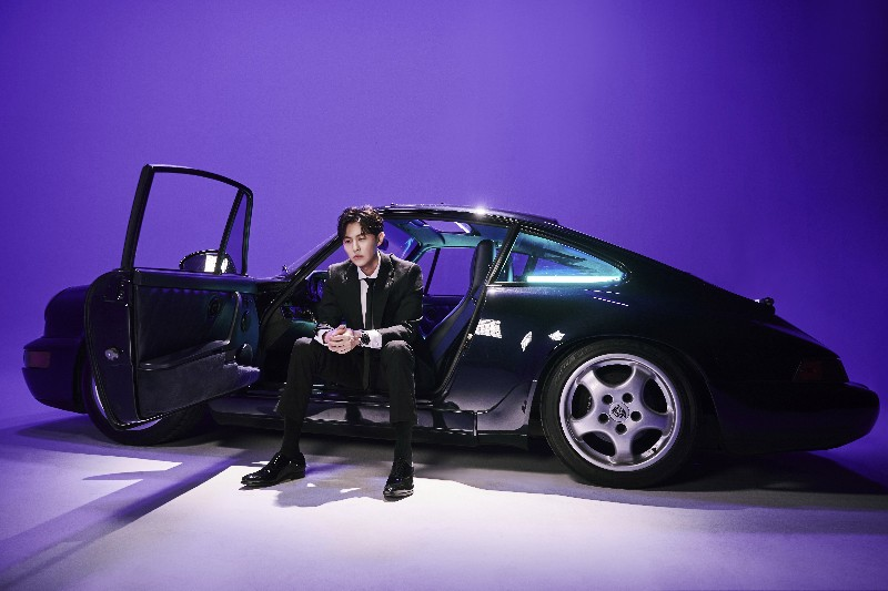 王子邱勝翊坐Porsche拍MV。