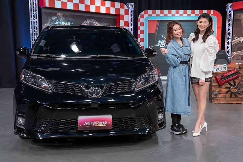 《地球黃金線》詹子晴帶來她的愛車,右為主持人蘇宗怡。