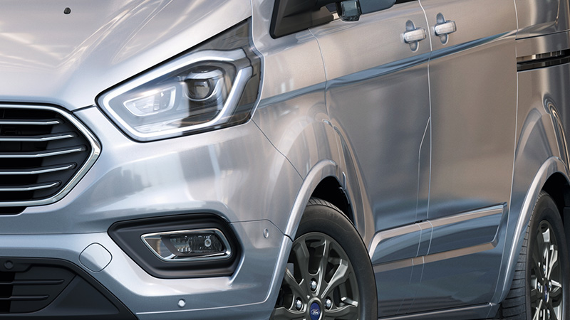 New Ford Tourneo Custom福特旅行家搭載嶄新HID頭燈與轉向輔助燈設計。