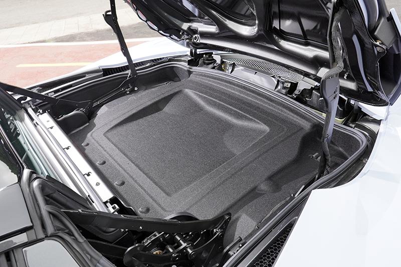 車頂闔上後,艙蓋下方可另創造58L的置物空間,提升些許便利性。
