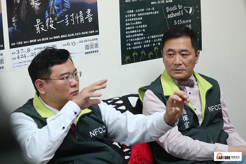 「中央流行藝情指揮中心」演員吳世偉(左)重現首集表演魔術畫面。