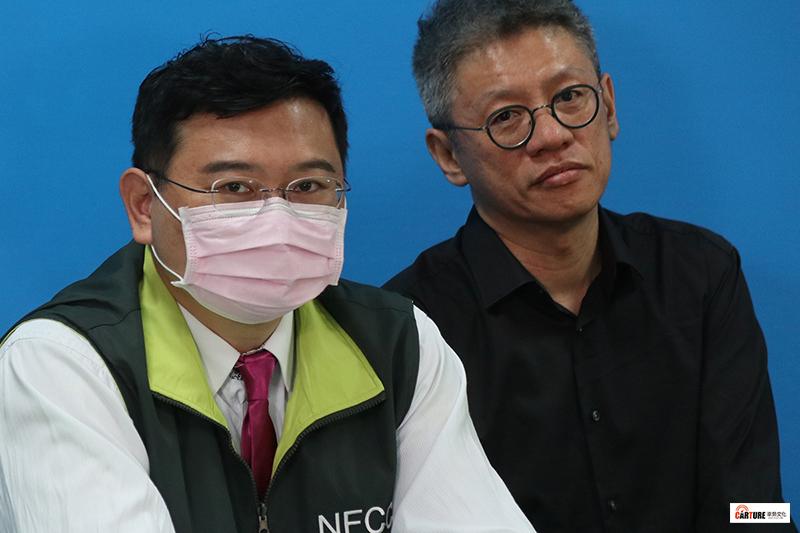 「中央流行藝情指揮中心」演員吳世偉(左)、全民大劇團團長謝念祖(右)。