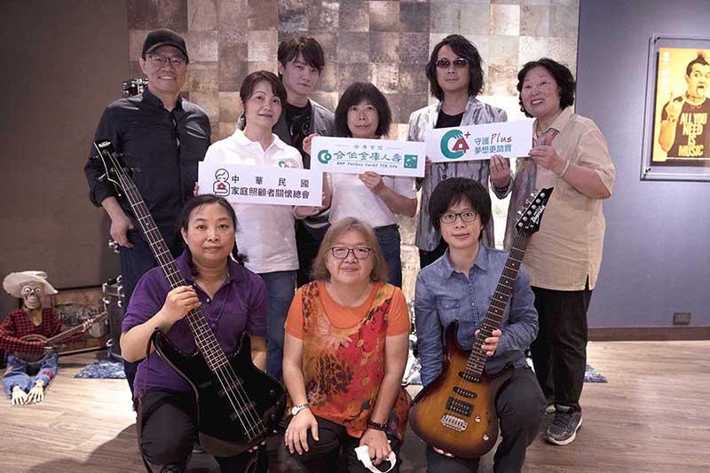 F.I.R.飛兒樂團挺長照家庭照顧者「守護者樂團」,自掏腰包贈木吉他 。