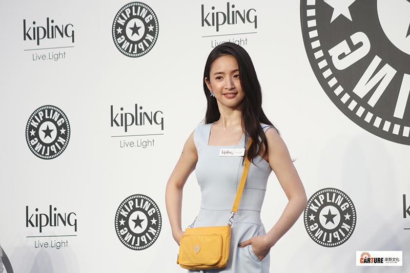 林依晨以一身溫柔寧靜的Baby藍色連身褲裝,搭配搶眼的飽和黃色斜背MYRTE包款,活力出席比利時時尚包包品牌Kipling夏季新品發表會。