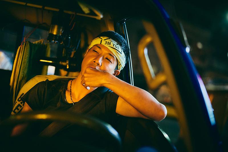 《做工的人》薛仕凌飾演以車為家的怪手司機。