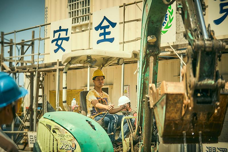 《做工的人》薛仕凌劇中靈活操作怪手,歸功於開拍前先到工地實習。