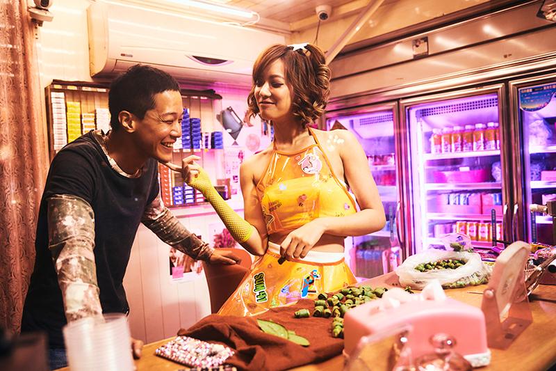 《做工的人》薛仕凌(左)與孟耿如(右)跳脫過往形象,演出「怪手司機」與「檳榔西施」劇中有曖昧情愫。