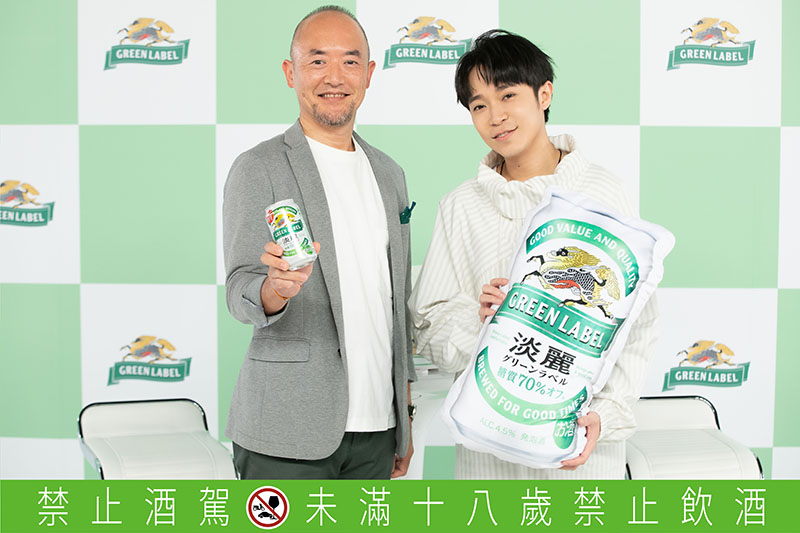吳青峰(右)代言 Kirin淡麗 Green Label啤酒, 廣告曲配唱、文案全一手包辦。