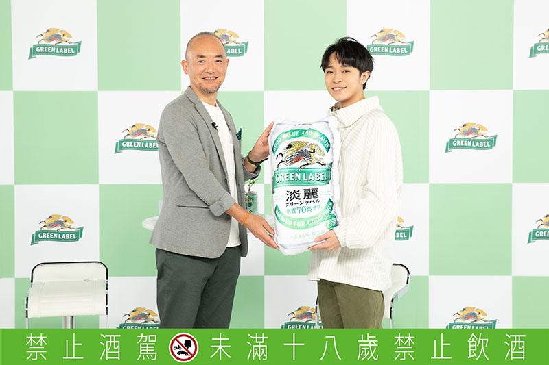 吳青峰(右)代言 Kirin淡麗 Green Label啤酒。