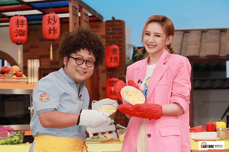 公視兒少節目《神廚賽恩師》由納豆(左)擔任主持人,好友安心亞(右)出席站台和納豆下廚同樂。