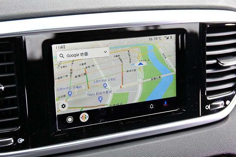中控雖還是英文介面,不過有提供Apple CarPlay與Androld Auto功能。