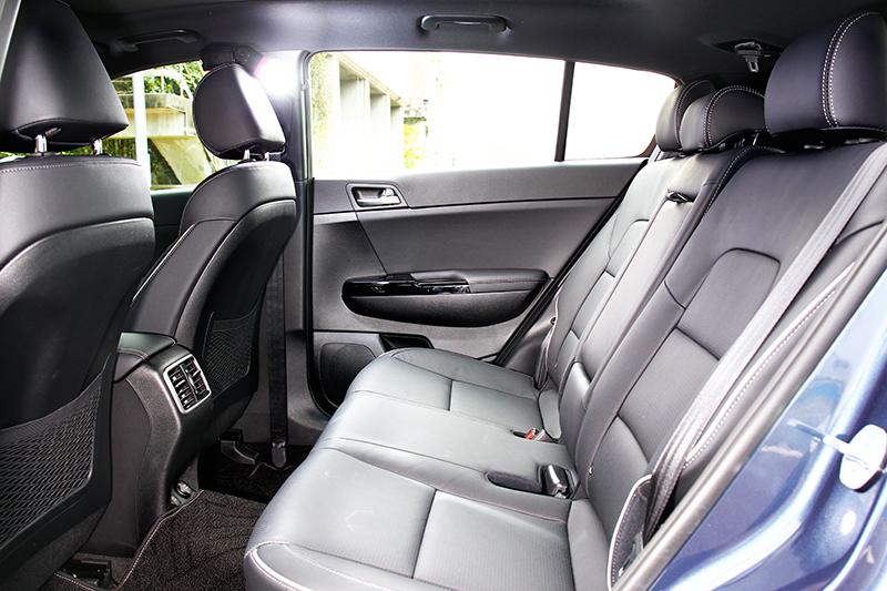 後座擁有身為休旅車應有的寬敞舒適空間。