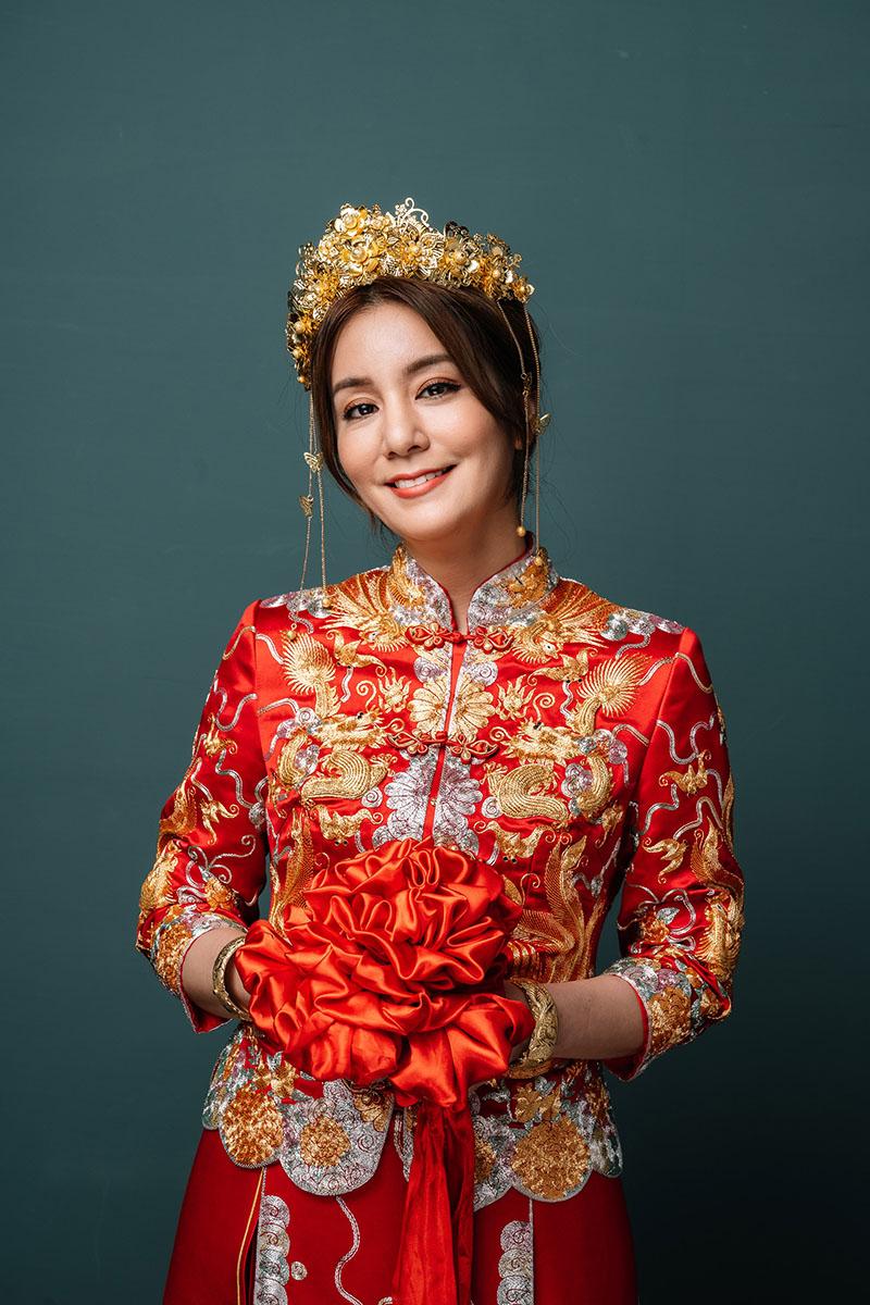 《食尚玩家》莎莎拍攝婚紗照手持繡球花球。