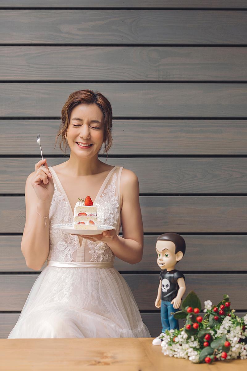 《食尚玩家》莎莎與男友公仔甜蜜合照。