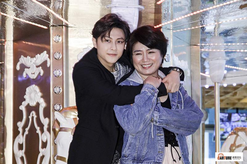 《覆活》演員嚴藝文(右)讚王子邱勝翊(左)「很有禮貌的偶像」。