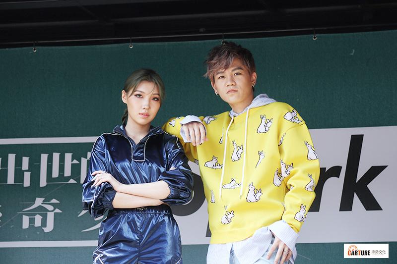 新人Spark皇毅(右)推出首張個人創作專輯《格林成人童話》,Karencici(左)獻唱新曲《假高潮》。