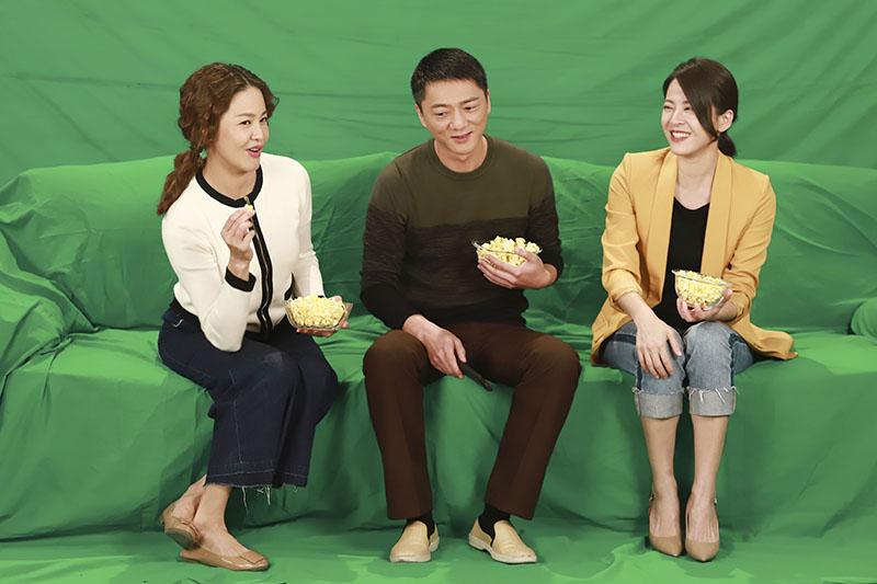 傅子純及邱子芯趁休息時間拍攝公益影片。民視提供