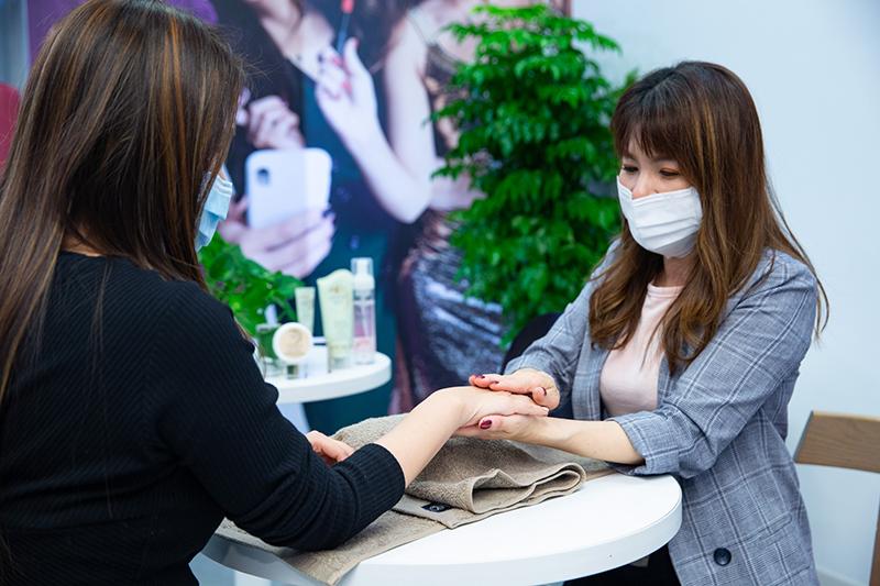 慶祝體驗中心台北館OPEN,特別舉辦免費「Avon呵護您 母親節護手會活動」。