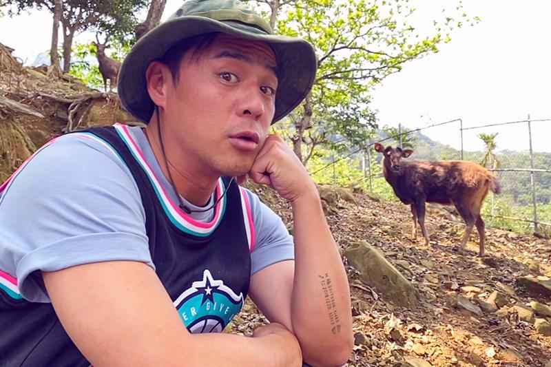 《台灣第一等》竇智孔為與水鹿同框親嚐牧草。