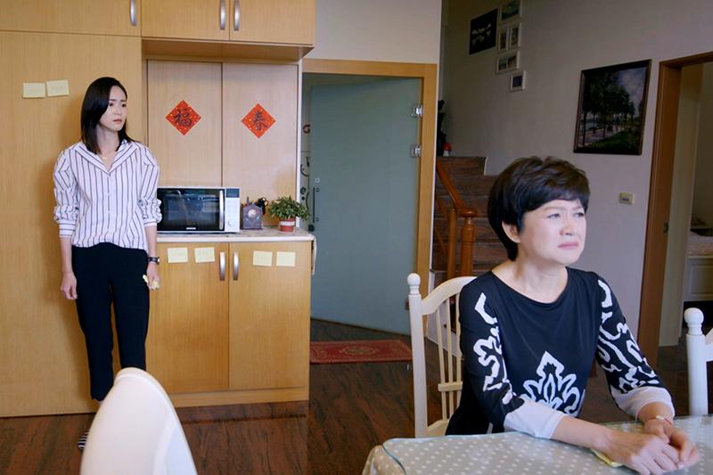 《跟鯊魚接吻》崔佩儀(右起)、鍾瑶母女情催淚。