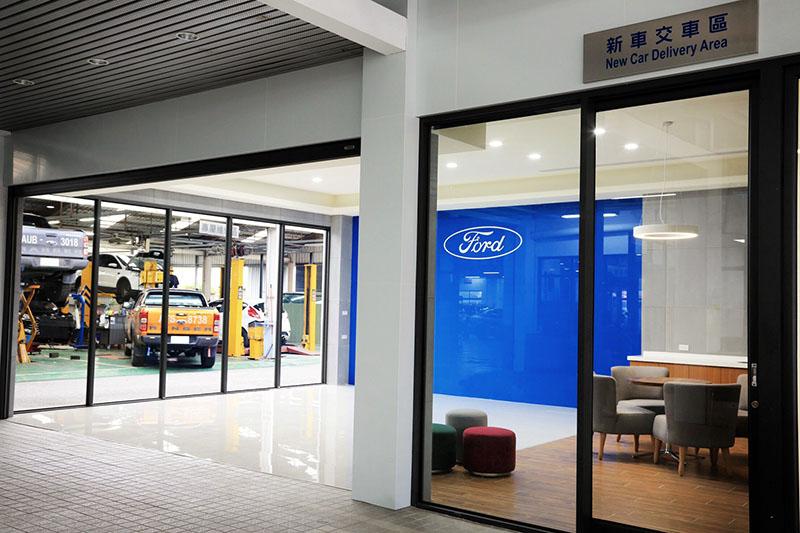東港汽車吉安據點以木質元素融合在時下流行的簡潔工業風格設計之中,創造適合全家大小皆可自在放鬆的溫馨空間。