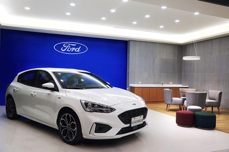 東港汽車吉安據點以灰白色搭配的天地牆結合Ford形象識別,帶來沈穩俐落的視覺效果。