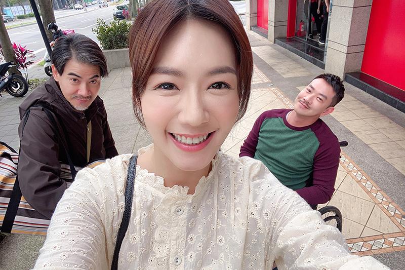 李又汝(中)加入《多情城市》 開拍第一天就胃痙攣。