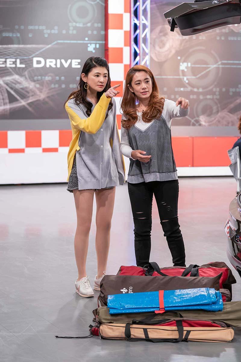 TVBS《地球黃金線》 來賓柯以柔(右)向主持人蘇宗怡(左)介紹平時如何利用車內空間擺放露營用具。