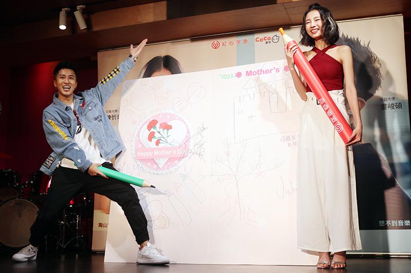 記者會上婁峻碩(左)與陳忻玥(右)也跟弱勢孩童一同彩繪寬200公分、長150公分的超級大卡片。