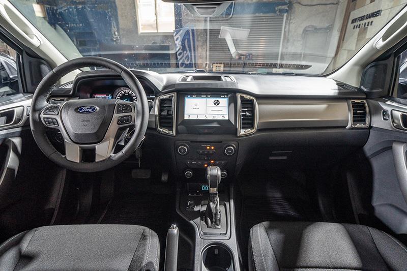 Ranger全能型車室內搭載彩色4.2吋雙液晶螢幕與多功能方向盤,以及SYNC®3娛樂通訊整合系統,支援Apple CarPlay® 與Android AutoTM智慧型手機連結。