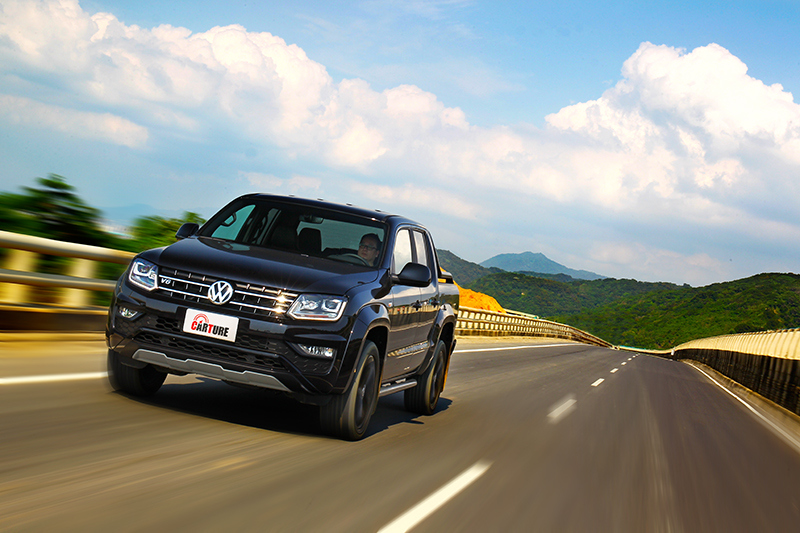 透過良好的制震效率與偏長的懸吊行程使力,Amarok V6 Black Edition依舊保有絕佳駕駛與乘坐舒適性,甚至堪比大型SUV。