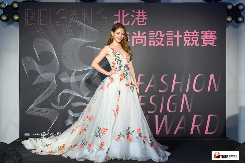 安妮出席「2020北港時尚設計競賽」開跑記者會,林莉刺繡美服秀好身材。