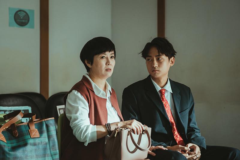《若是一個人》演員林鶴軒(右)說「可麗姐髮型剛好跟我媽很像,很幫助我入戲」。
