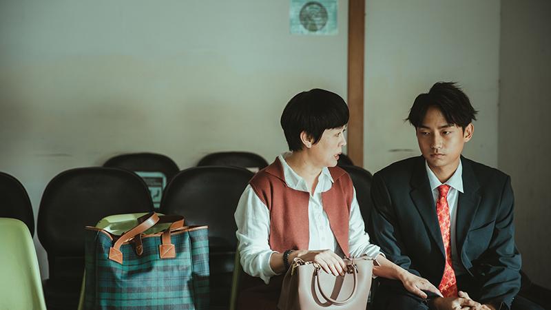 《若是一個人》演員林鶴軒(右)表示,可麗姐開口講話口氣就像是媽媽在跟他講話,根本不像是在演,感覺非常地自然。