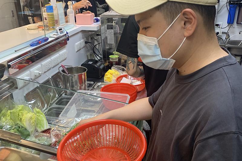 滷味店老闆好眼熟!玖壹壹成員洋蔥「潮盧」滷味台中開幕。